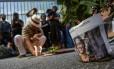 Simpatizantes prestam homenagem à vereadora Mariella Franco Foto: MIGUEL SCHINCARIOL / AFP