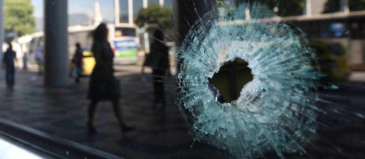 Tiroteio mata um e fere duas pessoas na Avenida Presidente Vargas, Centro do Rio Foto: Fabiano Rocha / Agência O Globo