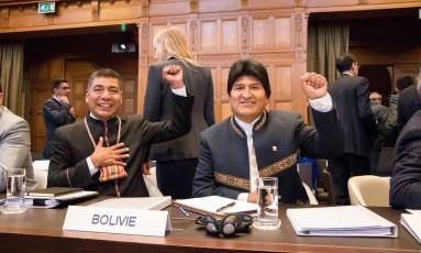 Morales gesticula ao chegar para audiência inicial na CIJ sobre saida boliviana ao mar Foto: STRINGER / REUTERS