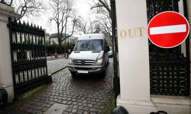Diplomatas e parentes deixam Londres a caminho de Moscou Foto: TOBY MELVILLE / Reuters