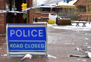 Área na cidade de Salisbury onde ocorreu ataque é mantida isolada para investigações Foto: BEN STANSALL / AFP
