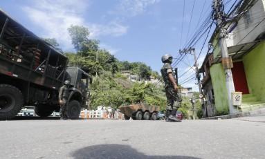 Militares do Exército em operação em Santa Rosa, em Niterói Foto: Antonio Scorza - 15/03/2018 / Agência O Globo