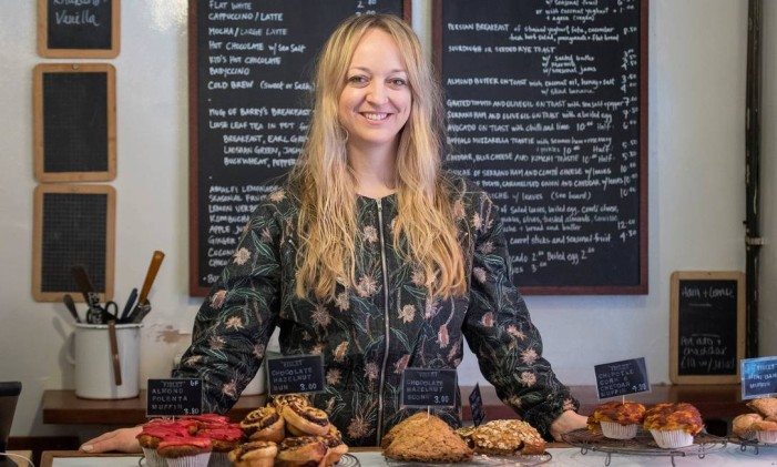 Claire Ptak abriu seu próprio negócio cozinhando em casa e vendendo bolos em um barraca no Broadway Market, no leste de Londres Foto: POOL / REUTERS