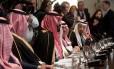 O príncipe saudita Mohammed bin Salman, com sua comitiva, no encontro com Trump na Casa Branca Foto: SAUL LOEB / AFP