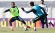 Douglas Costa domina a bola no segundo treino da seleção em Moscou Foto: Lucas Figueiredo/CBF