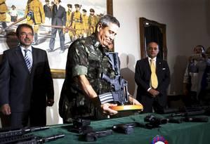 Entrega de 100 fuzis da Tauros , e 100 mil minuções para o Gabinete de Intervenção do Rio Foto: Marcelo Theobald / Agência O Globo