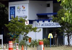 BA - Rio de Janeiro (RJ) - 11/08/2016 - Abandono Público. Na foto: Subprefeitura da Barra, lixo e água empoçada no estacionamento. Foto: Luiz Ackermann / O Globo Foto: Luiz Ackermann / Agência O Globo