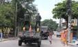 Moradores da Vila Kennedy lamentam saída iminente dos militares Foto: Guilherme Pinto / Agência O Globo