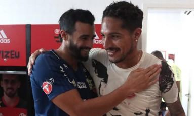 Guerrero é cumprimentado por Henrique Dourado em seu retorno ao Flamengo Foto: Divulgação