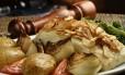 O Bacalhau ao Dom Rodrigo, do Adegão Português é um dos pratos clássicos da Semana Santa Foto: Bruno de Lima / Divulgação