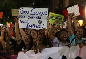 Manifestantes fazem ato em homenagem a vereadora Marielle Franco no Centro do Rio Foto: Márcio Alves / Agência O Globo
