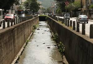 Rio Joana, que corta a Avenida Maxwell e Maracanã, no Rio de Janeiro Foto: Roberto Moreyra/Agência O Globo/10-01-2017