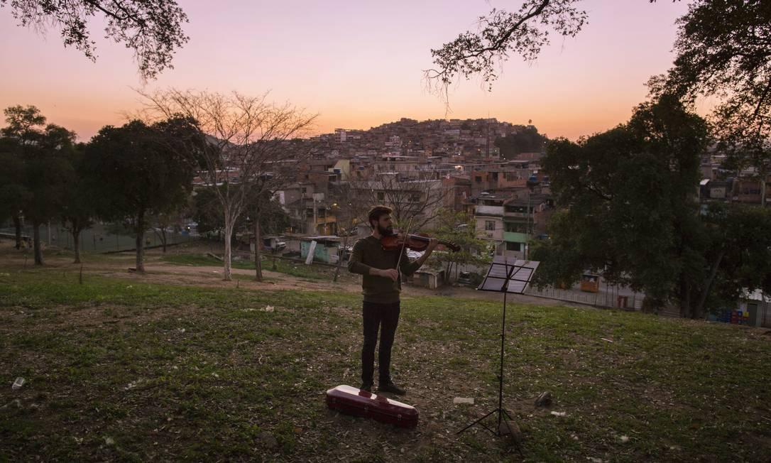Gabriel Dionisio toca viola na Orquestra Maré do Amanhã, que nasceu em resposta a um ato de violência Foto: Daniel Marenco / Agência O Globo