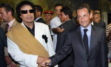 Sarkozy (dir.) e Kadafi se reúnem em Trípoli, em 2007: discurso mudou com Primavera Árabe e intervenção Foto: PATRICK KOVARIK / AFP