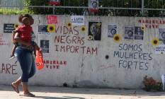 Mensagens escritas num muro da Rua João Paulo I, onde Marielle e Anderson foram mortos: Foto: Fabiano Rocha / fabiano rocha