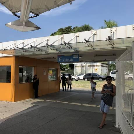 Placa do BRT indica local de embarque para o Fundão Foto: Igor Ricardo