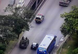 Equipes da Forças Armadas na Avenida Brasil Foto: TV Globo / Reprodução
