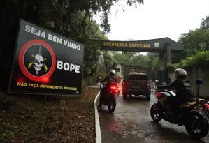 Militares fazem inspeção no Batalhão de Operações Especial Foto: Fabiano Rocha / Agência O Globo