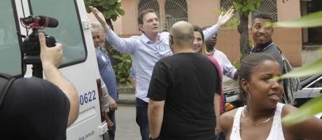 O prefeito Marcelo Crivella na chegada ao Feirão do Emprego, em Bangu Foto: Gabriel de Paiva / Agência O Globo