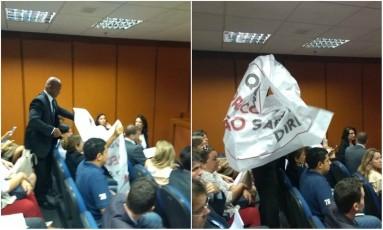 Segurança retira faixa durante protesto de mães de crianças com Down no TJ-RJ Foto: Agência O Globo / Antônio Scorza