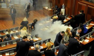 Salão precisou ser evacuado e o presidente do parlamento suspendeu a sessão Foto: LAURA HASANI / REUTERS