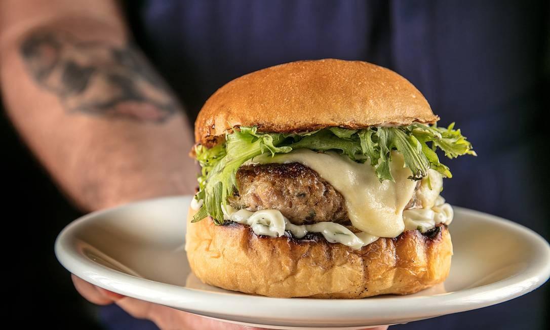 """Curadoria, no Vogue Square, tem o sanduíche """"Da Porca"""", blend suíno, maionese de manjericão, queijo cura e salada (R$ 30). Av. das Américas 8.585, Barra (99274-6863). TomasRangel / Divulgação/Tomas Rangel"""