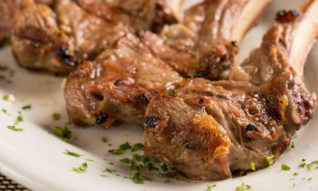 Demi-Glace: Um dos cortes nobres da casa de carnes com rodízio de guarnições são as costelas de cordeiro (R$ 78), que chegam à mesa com o osso levemente grelhado. Rua Mayrink Veiga 6, Praça Mauá (3553-1606). Lipe Borges / Divulgação