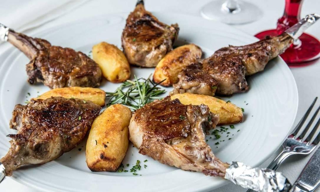 Da Brambini. A sugestão são as costelas de cordeiro grelhadas com batatas coradas (R$ 129). Av. Atlântica 514B, Copacabana (2275-4346) Divulgação