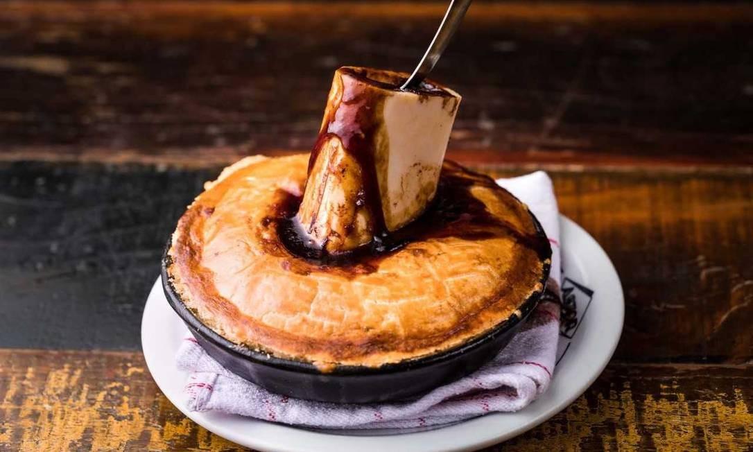 Astor. A English Pie (R$ 49) com tutano no osso é uma refeição completa. Av. Vieira Souto 110, Ipanema (2523-0085) Carol Gherardi / Divulgação