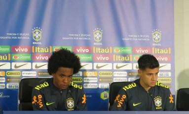 Willian e Philippe Coutinho durante a entrevista em Moscou Foto: Bernardo Mello