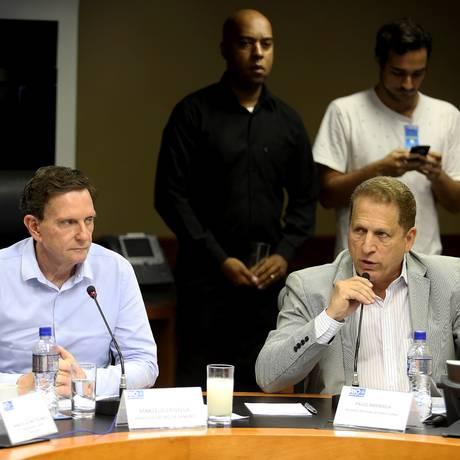 Prefeito Marcelo Crivella anuncia 700 sensores para ajudar na segurança do Rio, ao lado do secretário Paulo Amendola Foto: Guilherme Pinto / Agência O Globo