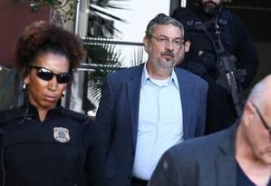 O ex-ministro Antonio Palocci é escoltado pela Polícia Federal, após ter sido preso Foto: Geraldo Bubniak/Agência O Globo/26-09-2016