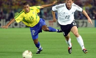 Kleberson disputa bola com Schneider na final da Copa do Mundo de 2002, entre Brasil e Alemanha Foto: Kevork Djansezian / AP