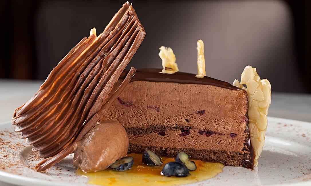 Restaurante Curi. Trufado de chocolate Belga (crocante de amêndoas e calda de laranja) pode vir avulso (R$28) ou no menu de almoço (R$ 65). Venit Barra Hotel, Av. Embaixador Abelardo Bueno 2710, Barra. (3993-9000) Foto: Rodrigo Azevedo / Divulgação