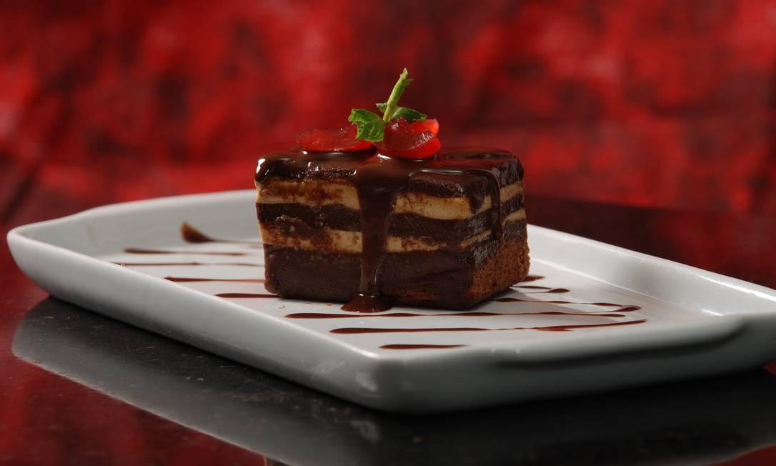 Skylab. A torta Ópera é uma das opções do bufê, com saladas, pratos frios e quentes. Rio Othon Palace: Av. Atlântica 3.264, Copacabana. (2106-1666) Foto: Divulgação
