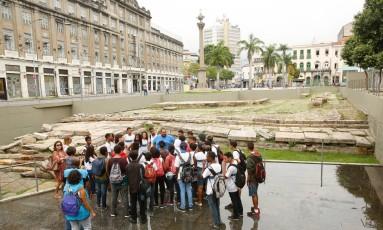 Alunos da Escola Municipal Adalgisa Nery, de Santa Cruz, conhecem o Cais do Valongo Foto: Brenno Carvalho / Agência O Globo