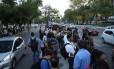 Filas no ponto de ônibus: apagão causa transtornos no Recife Foto: Guga Matos / JC Imagem