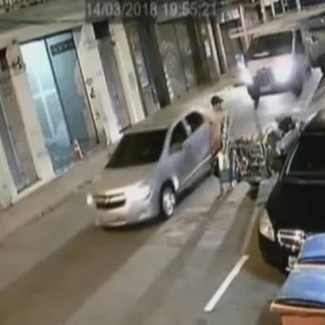 Um dos carros investigados pela polícia na Rua dos Inválidos Foto: Reprodução / TV Globo