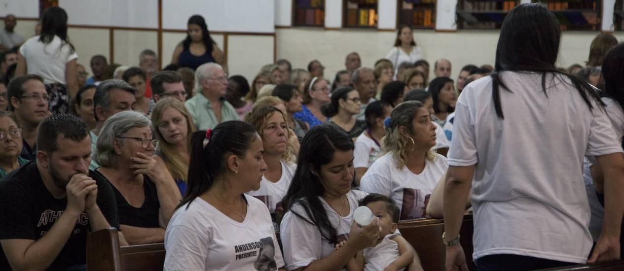 Agatha e o filho durante a missa de sétimo dia pela morte de Anderson Foto: Agência O Globo