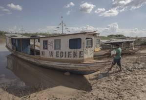 Barcos fazem a travessia para as ruínas que emergiram no Lago Sobradinho Foto: Daniel Marenco / Agência O Globo
