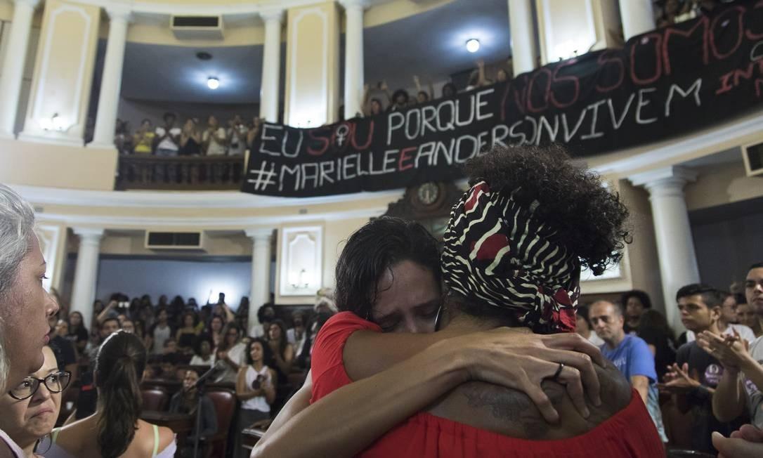 Manifestação em Niterói reúne centenas de militantes e ativistas contra morte de Marielle