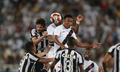 Erazo e Fabricio disputam a bola no alto com Igor Rabello Foto: Márcio Alves / Agência O Globo