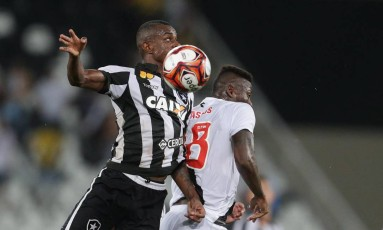 Marcelo Benevenuto dipsuta a bola com Riascos Foto: Márcio Alves / Agência O Globo