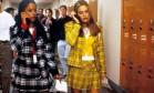 """Cher Horowitz está de volta. Ou quase isso. Nessas idas e vindas da moda, o conjuntinha xadrez amarelo que a personagem de Alicia Silverstone usa no filme """"As patricinhas de Beverly Hills"""" virou tendências na passarelas, servindo de referência para as coleções de inverno 2018/2019 das grifes Versace, Sara Battaglia e Michael Kors Foto: Divulgação"""