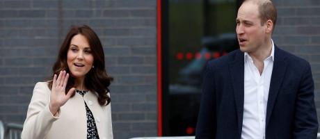 Kate Middleton fez, segundo a imprensa internacional, sua última aparição pública antes de dar à luz seu terceiro filho nesta quinta-feira, em Londres, ao lado do marido, o príncipe William. Eles esperam o bebê real para abril Foto: PETER NICHOLLS / REUTERS