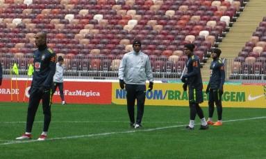 Thiago Silva na linha de zaga, entre Daniel Alves e Miranda Foto: Bernardo Mello