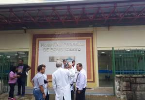 Médicos na entrada do Hospital Federal de Bonsucesso Foto: Matheus Meyohas - Extra
