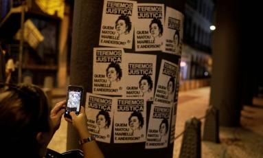Manifestante tira fotos durante protesto no dia 20 de março Foto: RICARDO MORAES / REUTERS