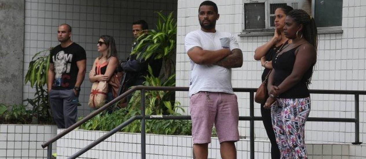 Parentes de idoso morto na Rocinha aguardam para liberar corpo no Instituto Médico-Legal Foto: Pedro Teixeira / Agência O Globo
