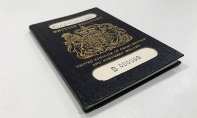 O antigo passaporte azul do Reino Unido, utilizado antes da adoção do documento utilizado pela União Europeia, de cor vermelho borgonha. Foto: HANDOUT / REUTERS